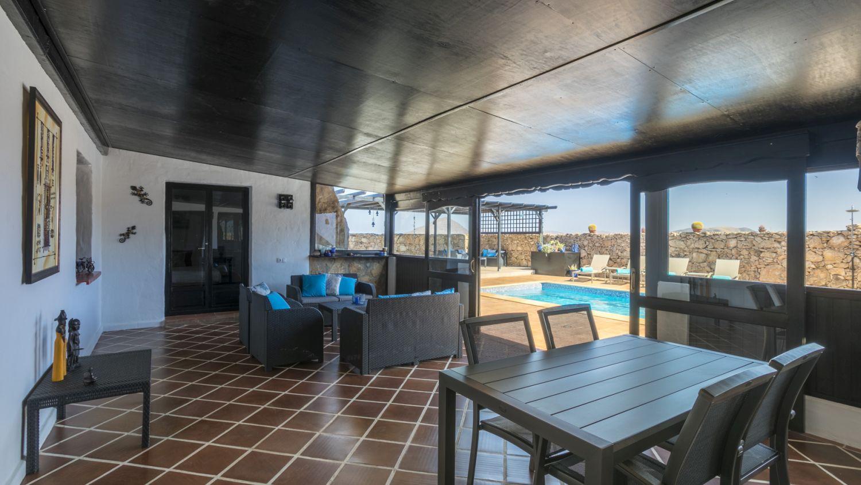 Gezellige veranda / cozy communal lounge